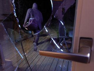Die Nacht verschluckt sie: Vergleichsweise oft schlagen Einbrecher in der Dunkelheit zu. Foto: www.nicht-bei-mir.de