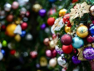 Die Überflussgesellschaft spiegelt sich im Weihnachtsbaum-Schmuck wieder. Foto: David Ebener