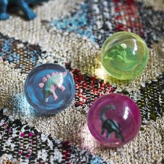 petits-cadeaux-invites-anniversaire-enfant-balles-bondissantes-dinosaures