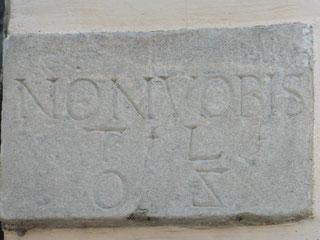 """Inschriftenstein - SIC VOS; NON VOBIS. I.B. TL 1602"""". """"So (seid) ihr, (aber) nicht für Euch"""". Ein Spruch aus dem Alten Testament"""