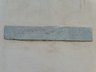 """Ausschnitt des Inschriftensteines über dem  Eingangstor - """"VT BONIS PATENS ITA / MALIS EST OCCLUSA"""""""