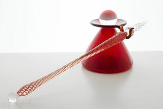 rote Glasfeder mit Tintenglas