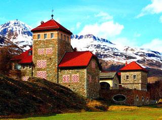 Schloss Crap da Sass - im Hintergrund die Hänge des Corvatsch