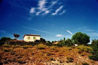 einsames Haus auf einem Basalt-Hügel