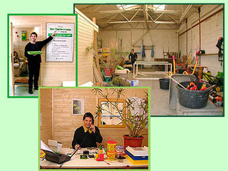 Gärtner sitzt im Büro und telefoniert. Gärtner steht vor der Bürotür und zeigt auf eine Hinweistafel.Betriebstättefoto