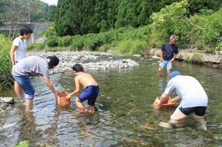 小様川で遊ぶ