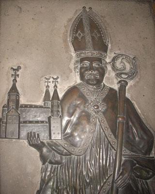 Grab Bischof Bernhards im Hochchor der Basilika St. Godehard, Bronzerelief als Stifterbild, 1745