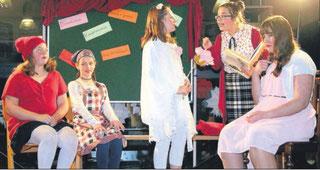 Die Märchenschülerinnen in Schach zu halten, kostete die Lehrkraft Frau Donnerseid viel Energie. Von links: Rotkäppchen, Gretel, Dornröschen, Lehrerin und Schneewitchen
