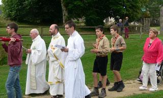 P. Daniel de Kerdanet, accompagné du P. François Pouliquen et des scouts de Meudon