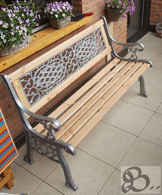 Restaurierte gusseiserne Gartenbank mit Douglasienbrettern, wetterfestes Holz für die Außenanwendung - Holzwerk Peter Stoiber