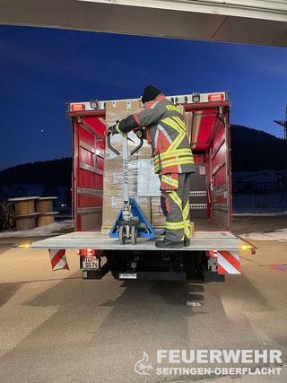 Die Lieferung mittels GW-L2 nach Tuttlingen wird vorbereitet - insgesamt musste dreimal gefahren werden, um alle Paletten abzuliefern.