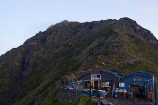 北岳肩の小屋と北岳(左奥に薄く見える)
