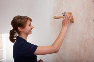 Auszubildende bei der Arbeit  · Malermeister Schombel ist Vorsitzender des Gesellenprüfungsausschusses