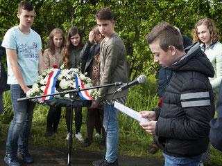 Niels van Beveren is een van de leerlingen die een zelfgeschreven bericht voordraagt | © TekstEnPlaat.nl