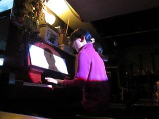 ウォルナット仕上げ(かな?)綺麗なピアノで