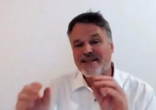 Der deutsche Biologe, Autor und Verschwörungstheoretiker Stefan Lanka spricht in neuem Video über Gefahren von Nanopartikel und Manipulation von Studien...