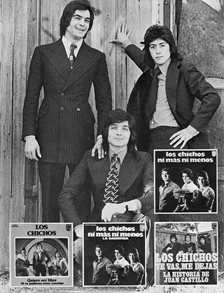 Los Chichos, Julio Jero y Emilio posando.  (Madrid, 1974). Abajo los dos primeros singles, 1973/ 1974