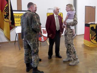 Markus Gessler und Gerd Teßmer im Gespräch mit Oberstleutnant Dietzmann (links) und Oberstleutnant Wilke (rechts).