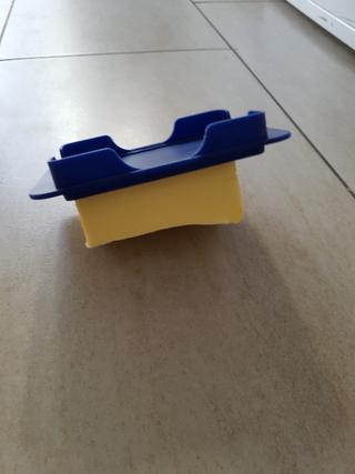 Stressbewältigung: Butterdose auf dem Küchenboden