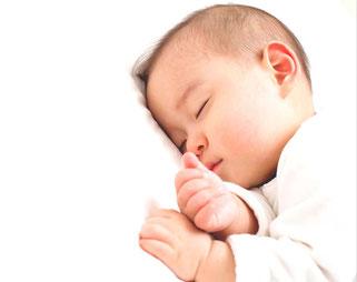 小児ばりをしてぐっすり眠っている赤ちゃん