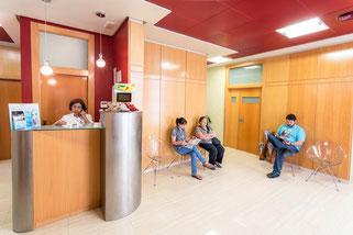 Sala de espera de nuestra clínica de podología en Murcia, situada en la calle Juamilla, en esta Clínica disponemos de quirófano para la realización de cirugía del pie