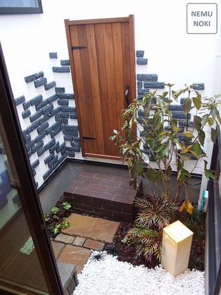 坪庭、木製扉、ガーデン、施工例