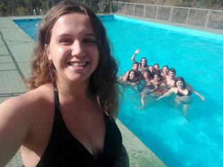 Gaudint de la piscina del terreny d'acampada