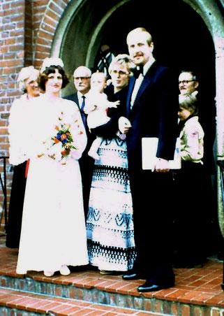 Hochzeit und Taufe von Stephan: Vor der Kirche