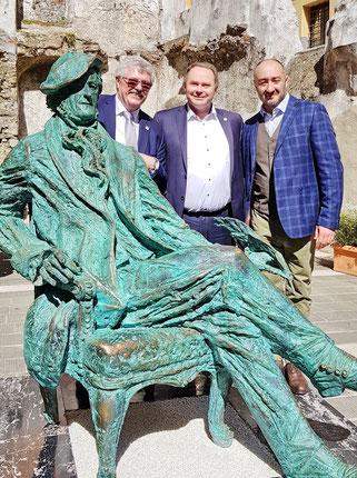 Siegfried Zerrenner und Thomas Bauske, die SPD-Vertreter der Delegation, mit dem Bildhauer Aidyn Zeinalov und seinem Werk