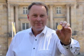 Thomas Bauske vor dem Opernhaus: Gold auch fürs Bayreuther Weltkulturerbe! Foto: Stefan Dörfler
