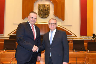 Zwei SPÖ-Freunde bei der Amtsübergabe: Hans Peter Doskozil und Hans Niessl
