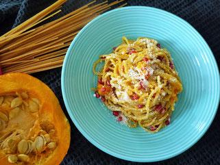 Vollkornspaghetti mit Kürbis, Prcorino und Granatapfel mit Olivenöl Oligarto