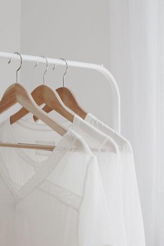 weiße Kleiderstange Ikea mit weißen Blusen