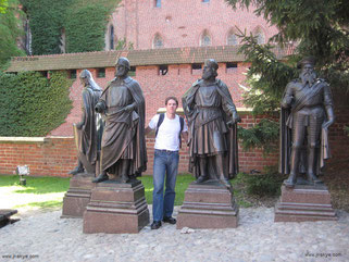 """""""Statues of the Grand Masters of the Teutonic Order"""". Seid Ihr bis zu diesem Punkt im Innenhof vorgedrungen, werden Euch sämtliche weiteren Ordensburgen wie Miniaturausgaben vorkommen"""