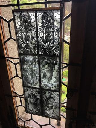 Passt in keine der 3 relevanten Relief-Kategorien: seltsame Grisaille-Glasmalerei (kein Bleiglas) in der Schattenburg in Österreich.