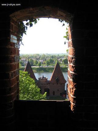 Blick aus dem Inneren Malborks in Richtung Westen: das doppeltürmige Nogattor war das Hauptbollwerk des ausgeklügelten, hochkomplexen Erst-Verteidigungssystems des Vorschlosses