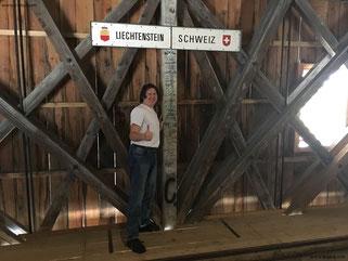Auf diesen Holzbohlen verläuft die Grenzlinie zweier alpiner Staaten...