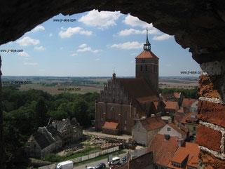 """Reszel (Rössel/Ermland), Blick vom Turm der Kirche """"Johannes des Täufers"""" auf die Kirche """"St. Peter und Paul"""" (14. Jahrhundert)"""