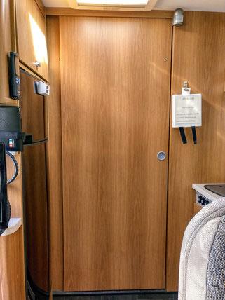 vom Wohnraum aus zwischen Kühlschrank und Küche