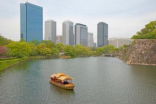 大阪城は都会の中に広がる広大な城郭です