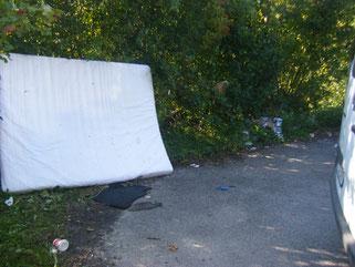 eine Matratze, viel Unrat und regelrechte Müllnester, gefunden am 21.09.2019 an der Rotachböschung des ZF-Parkplatzes Flugplatzstr.