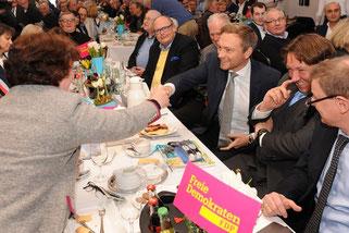 Alte Bekannte, Steinfurts FDP-Bürgernmeisterin Claudia Bögel-Hoyer begrüßt Christian Lindner, rechts daneben Ibbenbürens SPD-Bürgermeister Dr. Marc Schrameyer. Fotos: Ibbenbürener Volkszeitung
