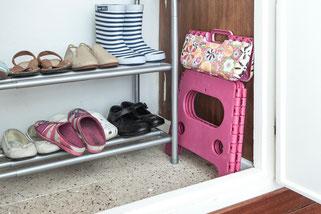 Coloca un taburete plegable para que los niños lleguen solos a coger su ropa - AorganiZarte