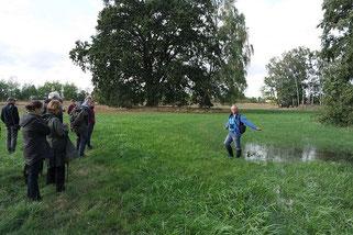 """FFH-Tagung in Neuenhagen, Dr. Hartmuth Kretschmer erläutert die gleichbleibende Überflutung der Wiesen im FFH """"Wiesengrund"""", Foto: NABU/Laura Klein"""