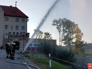 Ziel erreicht - Wasserwerfer vor der Burg Falkenfels
