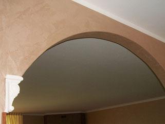 arco in cartongesso con appoggio su capitello decorativo in gesso.