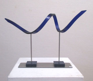 sculpture en résine, solid surface bleue pied carrés de résine bleu, socle et tiges inox