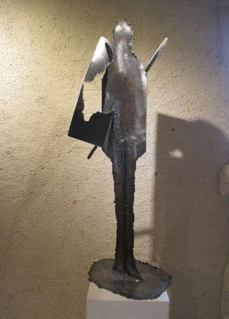 sculpture d'homme en acier verni