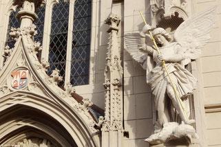 Erzengel Michael besiegt den Satan