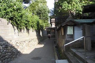 願念寺前から妙立寺の裏門が見える